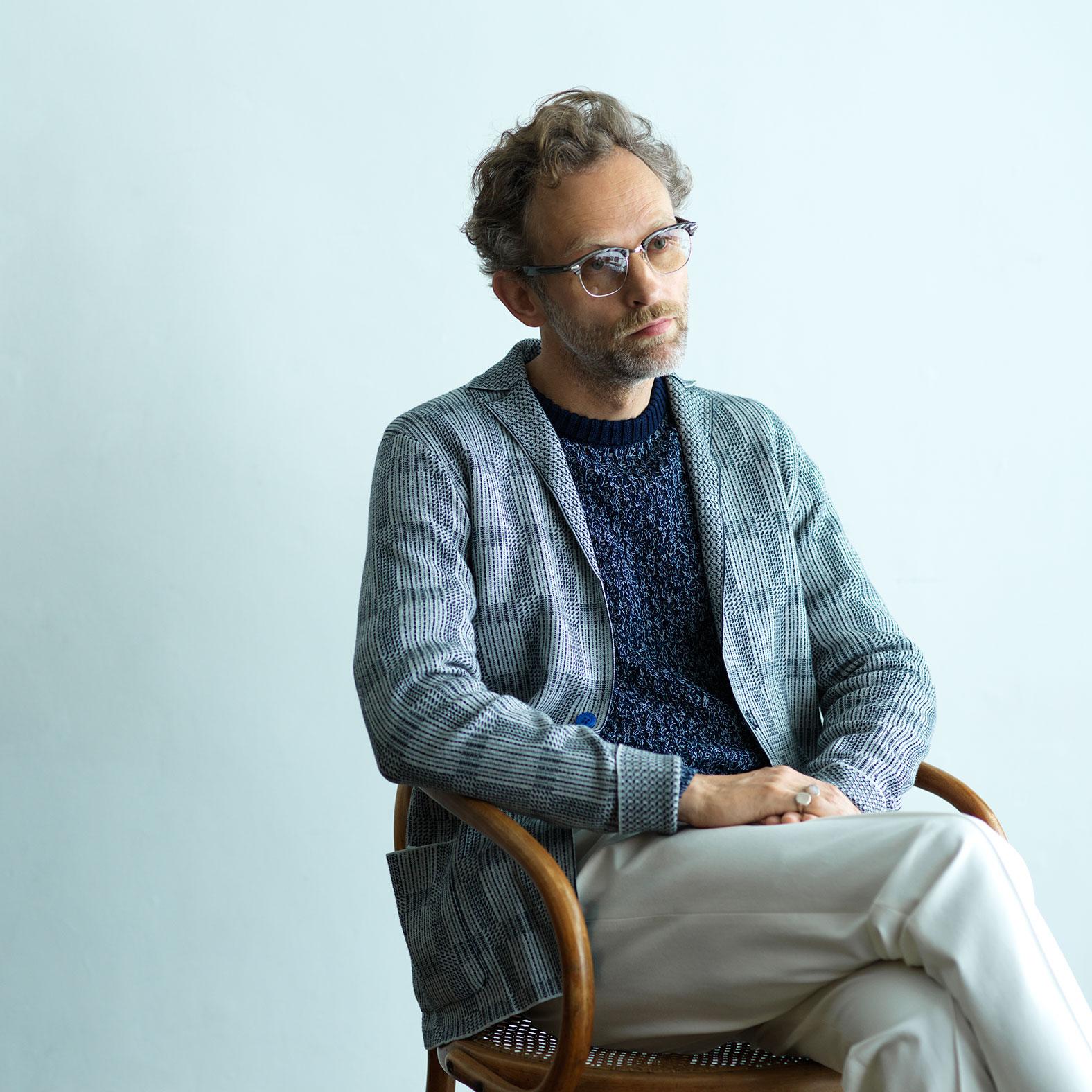 クルチアーニ 公式サイト「コレクション」ボーダーのセーターを着る男性の画像